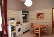 La cuisine équipée et son lave-linge.