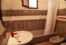 La salle de bains avec baignoire.