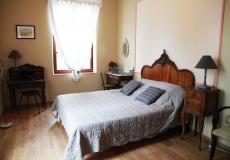 La chambre claire et romantique.